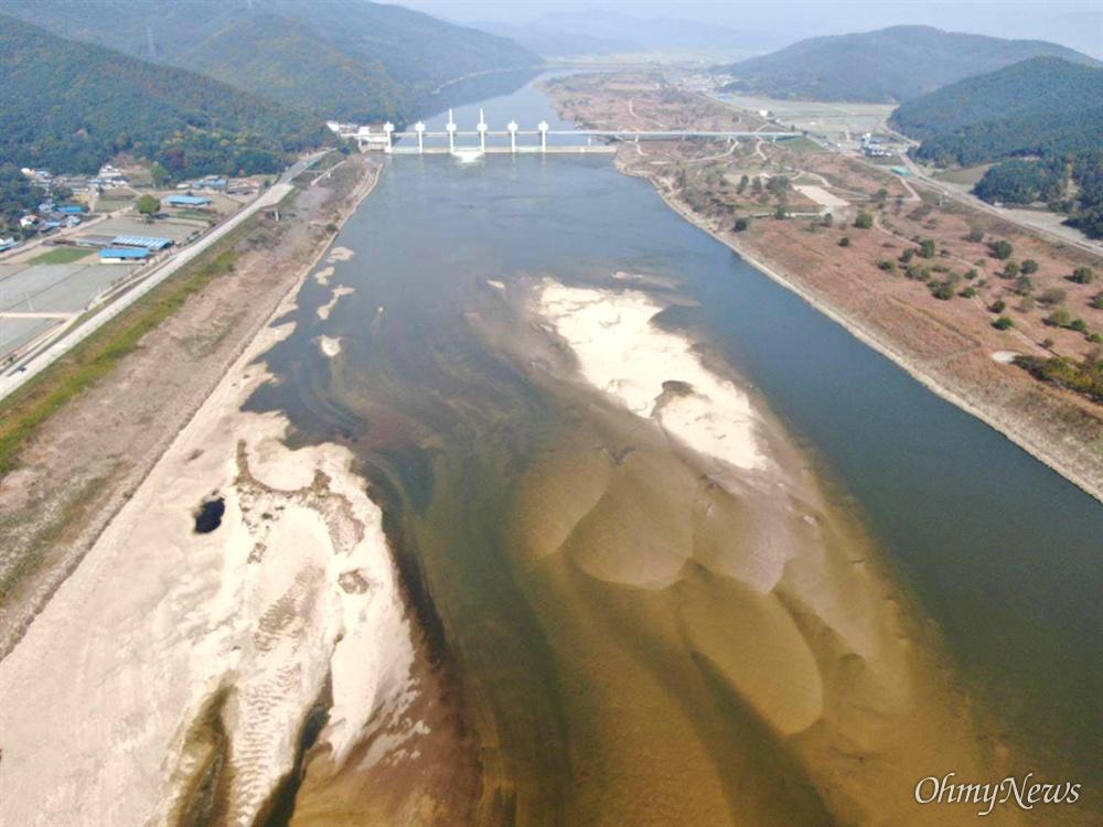 11월 2일, 낙동강 합천창녕보 하류에 생겨난 모래톱.