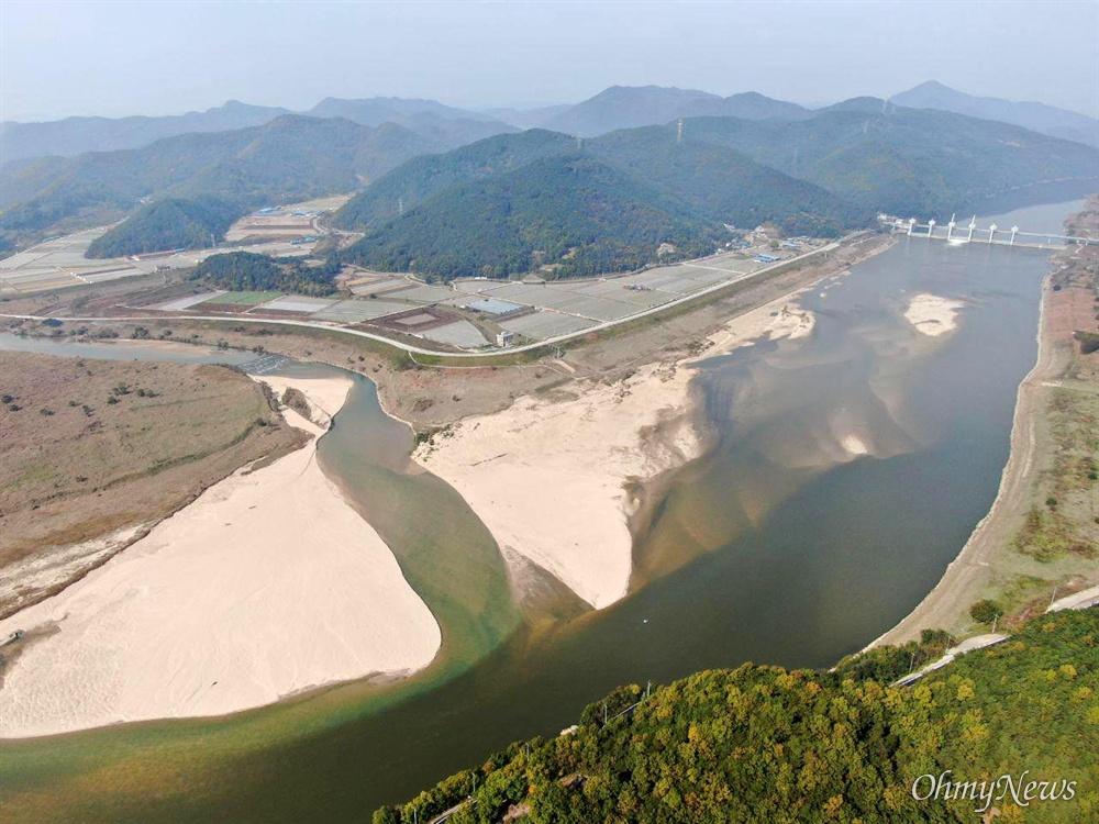 낙동강 합천창녕보 하류에 있는 황강 합류지역에 모래톱이 넓게 만들어져 있다.