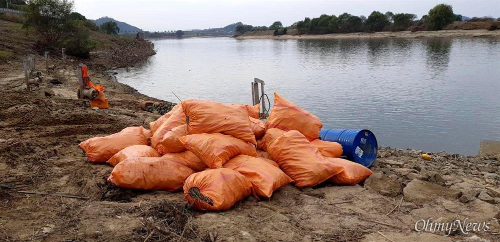 낙동강 창녕함안보 상류에 있던 쓰레기를 치우는 작업이 진행되고 있다.
