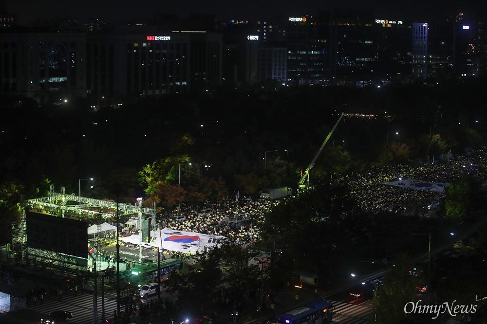 수많은 시민들이 2일 오후 서울 여의도광장 인근에서 열린 '제12차 공수처 설치, 검찰개혁 여의도 촛불문화제'에 참석해 공수처 설치 등 검찰개혁을 담은 입법 처리를 촉구하고 있다.