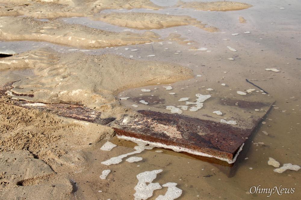 11월 2일, 낙동강 합천창녕보 하류에 4대강 준설작업 때 사용된 것으로 추정되는 철제 덩어리가 강바닥에 묻혀 있다.