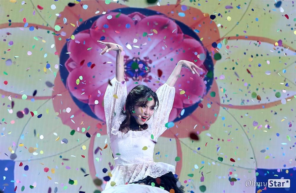 현아, 꽃들로 샤워 가수 현아가 5일 오후 서울 한남동의 한 공연장에서 열린 컴백 쇼케이스에서 삶의 화려한 한때를 피고 지는 꽃에 비유한 신곡 '플라워 샤워(FLOWER SHOWER)'를 선보이고 있다. 올해 초 싸이가 수장으로 있는 피네이션과 나란히 전속계약을 체결한 현아와 던은 각자의 신곡을 같은 날 같은 시각 발표하고 본격 솔로 활동에 나선다.