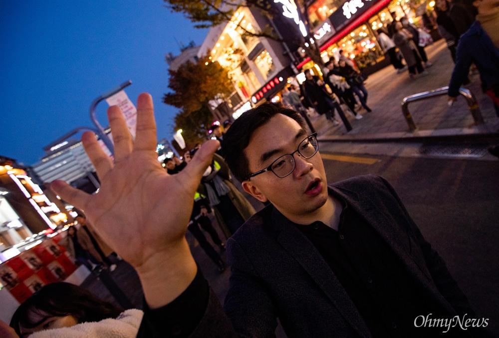 얀 호 라이 홍콩 민간인권전선 부의장이 9일 오후 서울 마포구 홍대입구역 인근에서 열린 '홍콩 민주주의 지지 집회'에 참석해 홍콩시위의 5대 요구안을 상징하는 다 섯 손가락을 펼치며 행진을 하고 있다. 이 집회에는 국내 거주하는 홍콩인들과 지지하는 한국인들이 참석했다.