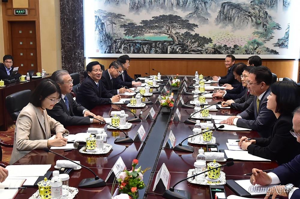 박남춘 인천시장이 11월 12일 중국 산둥호텔에서 류자이 산둥성 서기와 만나 두 도시 간 교류 및 우호협력 방안을 논의했다.