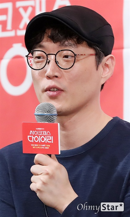 '싸이코패스 다이어리' 류용재 작가 류용재 작가가 13일 오후 서울 논현동의 한 호텔에서 열린 tvN 새 수목드라마 <싸이코패스 다이어리> 제작발표회에서 작품을 소개하고 있다. <싸이코패스 다이어리>는 어쩌다 목격한 살인사건 현장에서 도망치던 중 사고로 기억을 잃은 주인공이 살인 과정이 기록된 다이어리를 우연히 얻게 된 뒤 자신이 싸이코패스 연쇄살인마라고 착각하며 벌어지는 이야기를 담은 작품이다. 20일 수요일 오후 9시 30분 첫 방송.