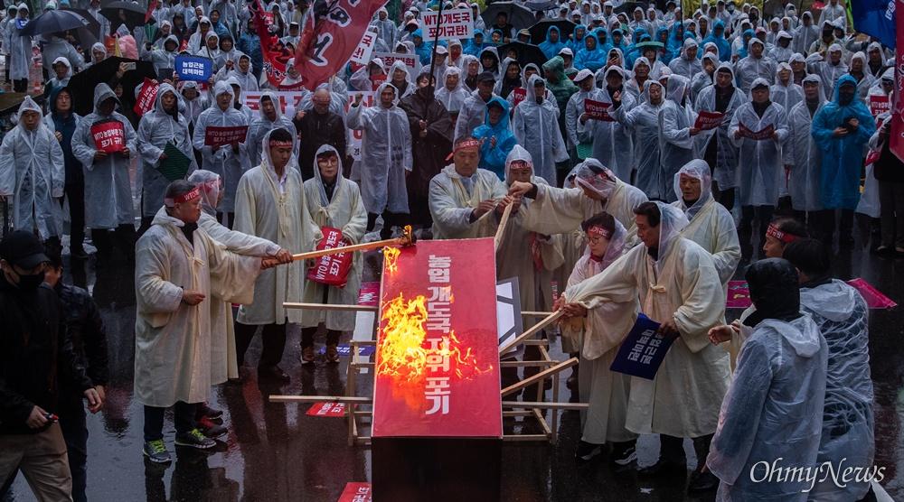 농민총궐기대회 화형식 한국농축산연합회 회원들이 13일 오후 서울 여의도 국회 앞에서 열린 WTO농업분야 개도국 포기 규탄 전국농민총궐기 대회에서 상징의식으로 '개도국 규탄 관'을 불태우고 있다.