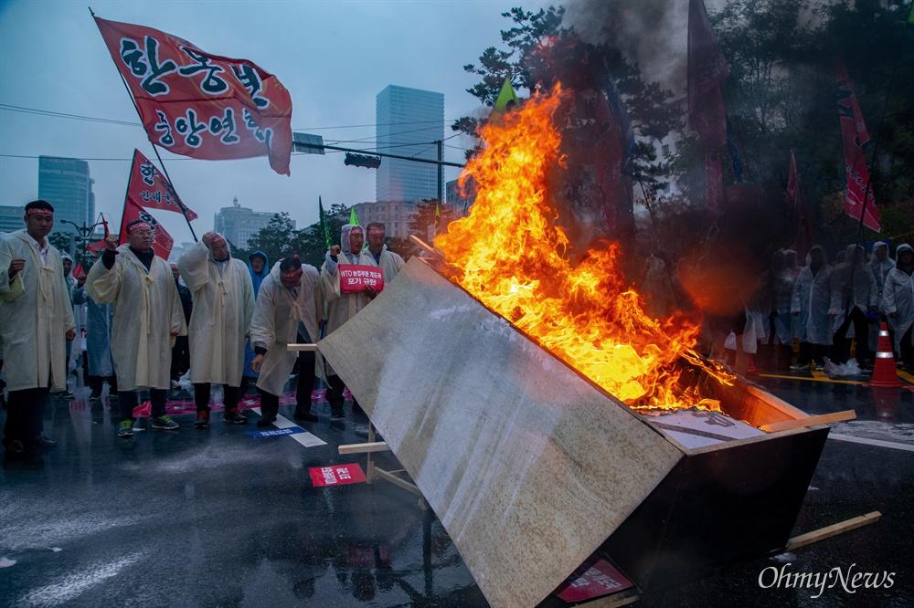 한국농축산연합회 회원들이 13일 오후 서울 여의도 국회 앞에서 열린 WTO농업분야 개도국 포기 규탄 전국농민총궐기 대회에서 상징의식으로 '개도국 규탄 관'을 불태우고 있다.