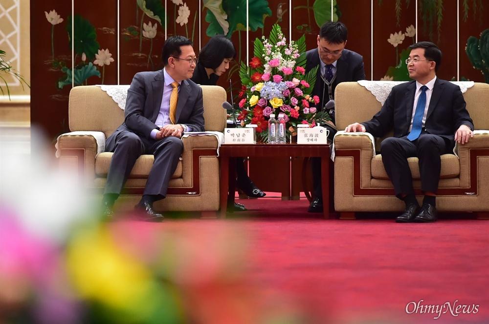 박남춘 인천시장이 11월 13일 중국 웨이하이시 동산호텔에서 장하이보 웨이하이시장과 두 도시간 교류 및 우호협력 방안을 논의하고 있다.