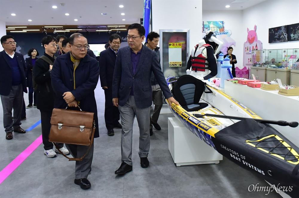 박남춘 인천시장이 11월 13일 중국 위해시 인천경제무역대표처를 방문하여 전시장을 둘러보고 있다.