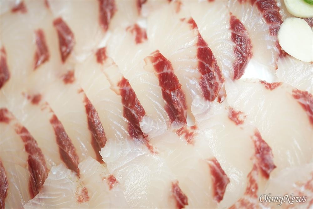 찬바람과 찬물이 돌 때 숭어회 맛은 어떤 어종보다 맛있다. 찬바람이 쌩쌩 불수록 숭어의 차진 식감은 물이 오른다.