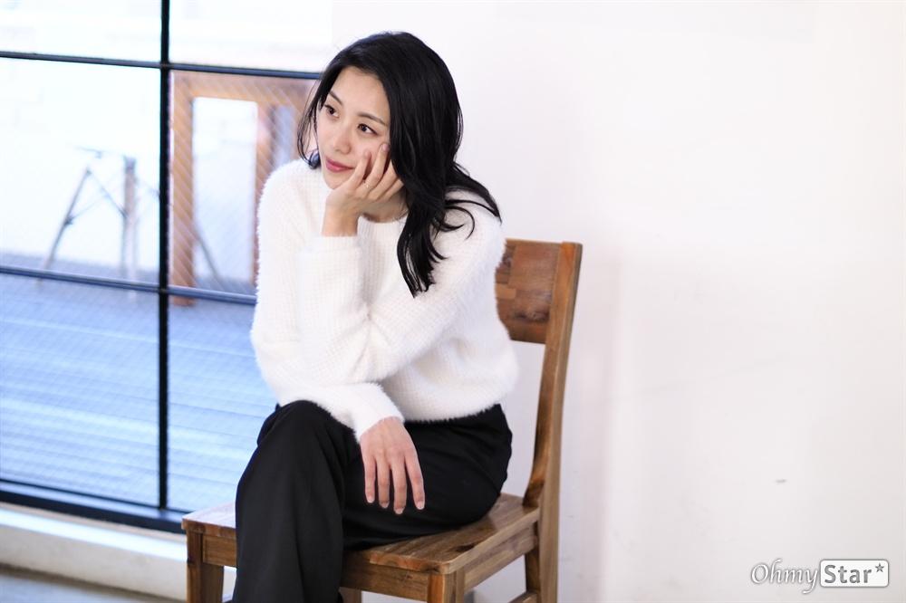 관객들과 마주하는 뮤지컬 배우, 조정은   뮤지컬 배우 조정은이 데뷔 후 첫 콘서트를 기념하여 언론 인터뷰를 가졌다. 지난 10월 30일, 서울 삼청동의 한 카페에서 배우 조정은이 마주하고 있는 것들에 대해 들어볼 수 있었다.