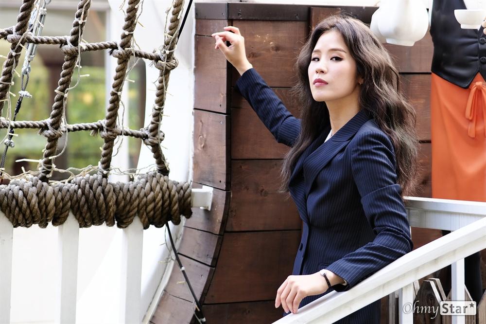 뮤지컬 <해적>에 다시 승선한 배우, 랑연 뮤지컬 배우 랑연이 다시 한 번 해적선에 올랐다. 뮤지컬 <해적>의 앙코르 공연에 돌아온 랑연을 지난 11일 'Cafe de Onepiece'에서 만났다. 뮤지컬 <해적>은 오는 12월 1일까지 항해할 예정이다.
