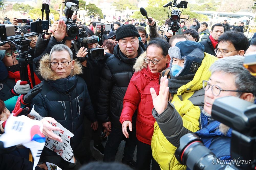 북축 받으며 손 흔드는 황교안 대표 황교안 자유한국당 대표가 단식 6일째인 25일 오후 누워 있던 청와대앞 농성천막에서 나와, 부축을 받으며 지지자들 앞으로 걸어가서 손을 흔들고 있다.