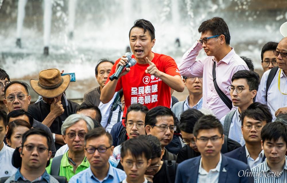 지미 샴(Jimmy Sham, 岑子杰) 구의원 당선자가 투표가 끝난 다음날인 25일 홍콩 이공대 인근에서 고립된 학생 구조를 위한 기자회견에서 발언을 하고 있다.