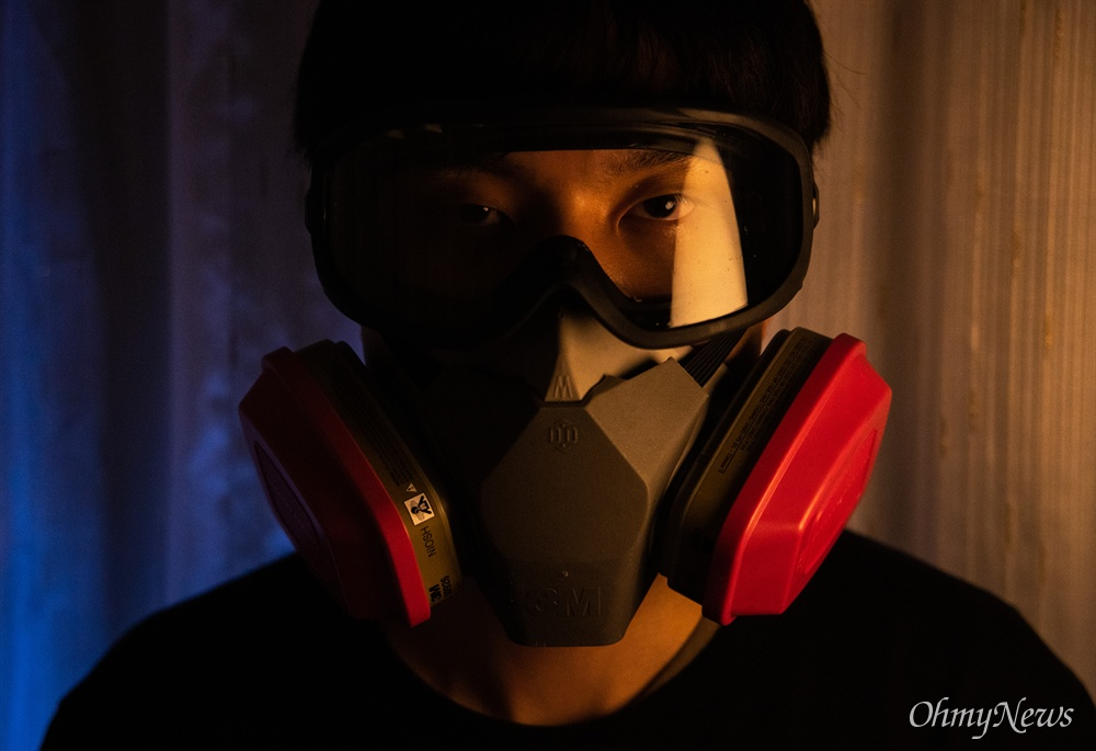 홍콩 시위 프론트라이너 톰슨은 방독면과 고글을 끼고 시위의 최전방에 선다. 보통 시위 전방에서는 10~15분 정도 버틸 수 있다고 했다. 그들의 주목적은 경찰과 충돌에서 시위대가 체포되지 않도록 시간을 버는 역할을 한다.