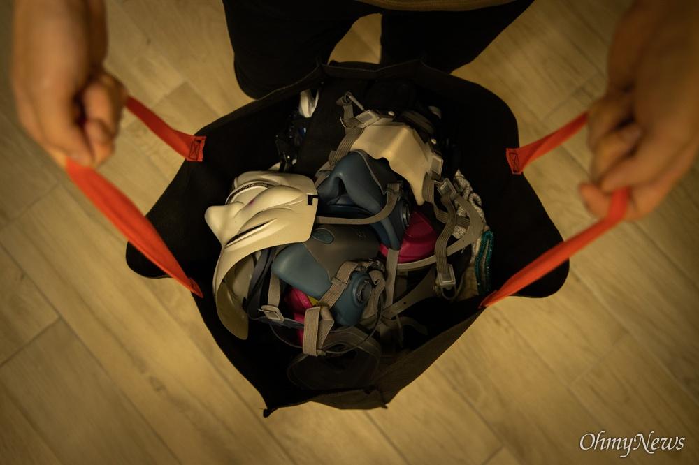 """""""엄마 혹시 내가 체포되면 가방 이대로 치워주세요""""  톰슨은 자신의 옷장속에 있는 시위 도구가방을 꺼내며 엄마에게 했던 말을 기억했다."""