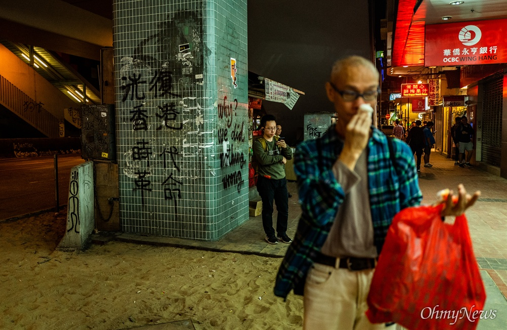 홍콩 몽콕 시내 거리의 보도블럭이 시위에 사용된 후 인도에는 모레만 남았다.