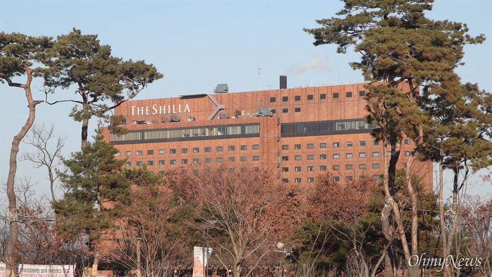 올해 1월 기준 서울신라호텔 공시지가는 ㎡당 550만 원이다. 서울신라호텔의 공시지가는 인근에 위치한 그랜드앰배서더 호텔보다 3배나 낮게 책정됐다.