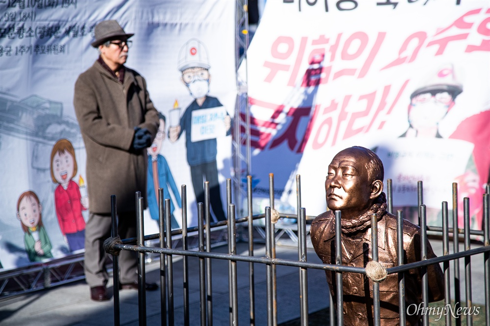 518 관련 시민단체 회원들이 12일 오전 서울 광화문광장에서 전두환 구속과 처벌을 기원하는 '구속된 전두환' 동상을 설치하고 전 씨의 구속 촉구 기자회견을 진행하고 있다.