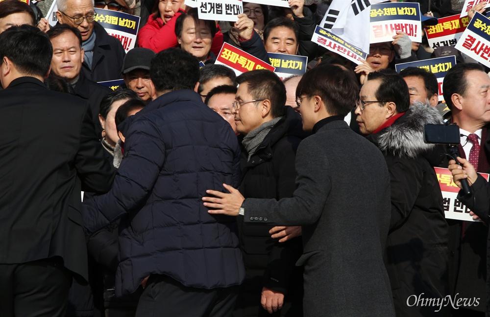 규탄대회 들어서는 황교안  자유한국당 황교안 대표가 16일 오전 서울 여의도 국회 본관 앞 계단에서 열린 '공수처법 선거법 날치기 저지 규탄대회'에서 참석 시민들에게 인사하고 있다.