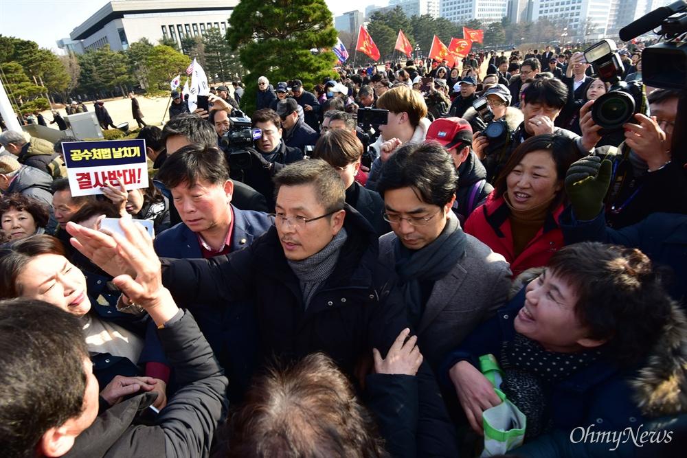 지지자들에 둘러싸인 황교안 자유한국당 황교안 대표가 16일 오전 서울 여의도 국회 본관 앞 계단에서 열린 '공수처법 선거법 날치기 저지 규탄대회'에서 지지자들과 인사하고 있다.