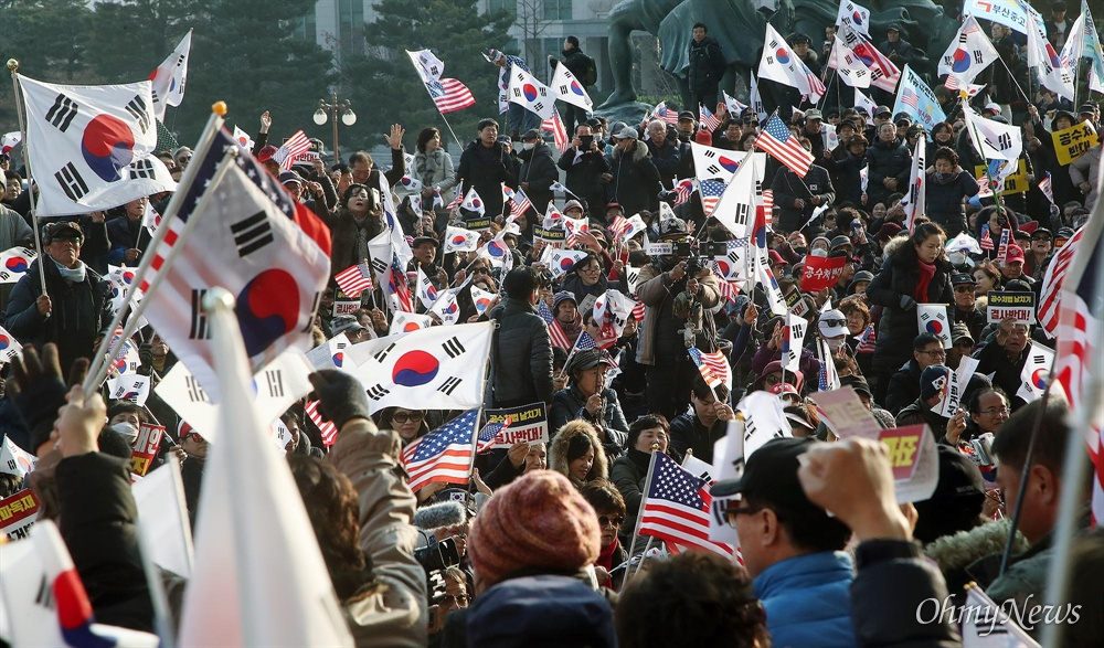 보수성향 시민단체 연합인 '반대한민국세력축출연대' 등 자유한국당 지지자들이  16일 오후 서울 여의도 국회 본청 앞을 점거한 채 패스트트랙에 지정된 선거법, 공수처법 처리를 반대하고 있다.