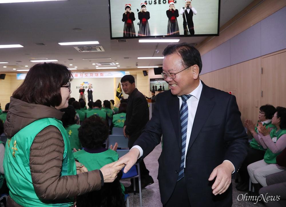 인사하는 김부겸 의원 김부겸 더불어민주당 의원(4선, 대구 수성갑)이 18일 오후 대구광역시 수성구에서 열린 새마을지도자대회 참석자들과 인사하고 있다.