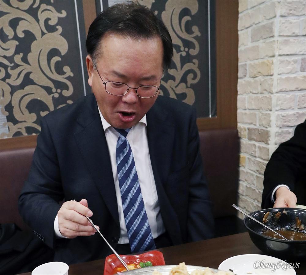 18일 대구광역시 수성대학교 정문에서 만난 김부겸 의원은 노인일자리 평가대회에 참석한 지역구 주민들과 인사를 하느라 때를 놓쳤다. 만나자마자 기자한테 양해를 구하고 그는 중식당으로 이동했고, 자장면 한 그릇을 후딱 비웠다.