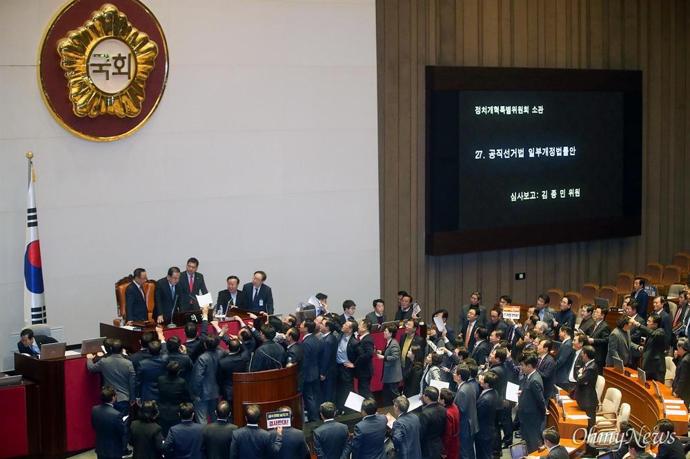 문희상 국회의장이 23일 오후 서울 여의도 국회 본회의에서 의사 일정을 변경 동의를 통해 패스트트랙(신속처리안건 지정) 선거법 개정안을 상정하자, 자유한국당 의원이 단상에 나와 항의하고 있다.