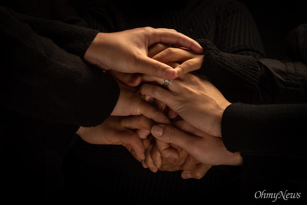 함께 손을 모은 이들의 공통점은 엄마다. 자식을 떠나 보낸 엄마 그리고 남은 아이들을 위해 자신을 또 희생하는 엄마다.