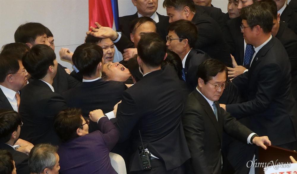 27일 오후 서울 여의도 국회 본회의장에서 공직선거법 개정안이 찬성 156, 반대 10, 기권 1표로 가결되자, 심재철 자유한국당 원내대표가 분노하고 있다.