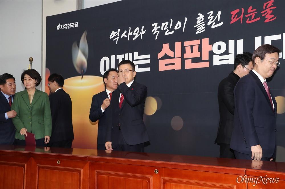 '촛불 심판' 내건 황교안 자유한국당 황교안 대표가 31일 오전 국회에서 열린 인재영입위원회 임명장 수여식에 참석하고 있다. 한국당은 공수처법이 통과된 다음날인 이날 촛불과 함께 '역사와 국민이 흘린 피눈물, 이제는 심판입니다'라고 적은 펼침막을 내걸었다.