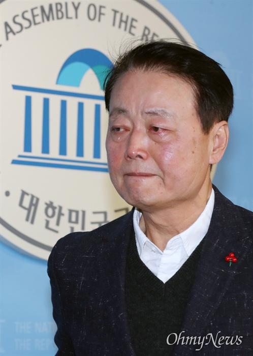 불출마 선언 중 '눈물' 쏟은 한선교...왜? 한선교 자유한국당 의원이 2일 오전 서울 여의도 국회 정론관에서 총선 불출마 선언을 하던 중 박근혜 전 대통령 이야기를 꺼내 말을 잇지 못하다 눈물 흘리고 있다.