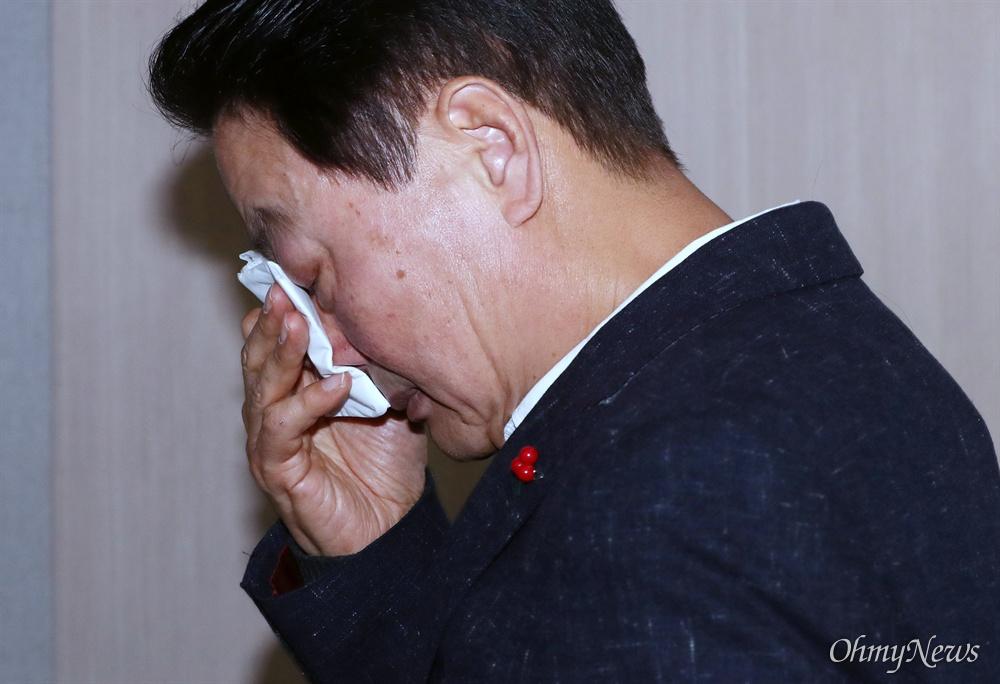 불출마 선언 중 '눈물' 쏟은 한선교...왜? 한선교 자유한국당 의원이 2일 오전 서울 여의도 국회 정론관에서 총선 불출마 선언을 하던 중 박근혜 전 대통령 이야기를 꺼내 울먹이고 있다. 회견을 마친 후 퇴장하는 한 의원이 눈물을 훔치고 있다.
