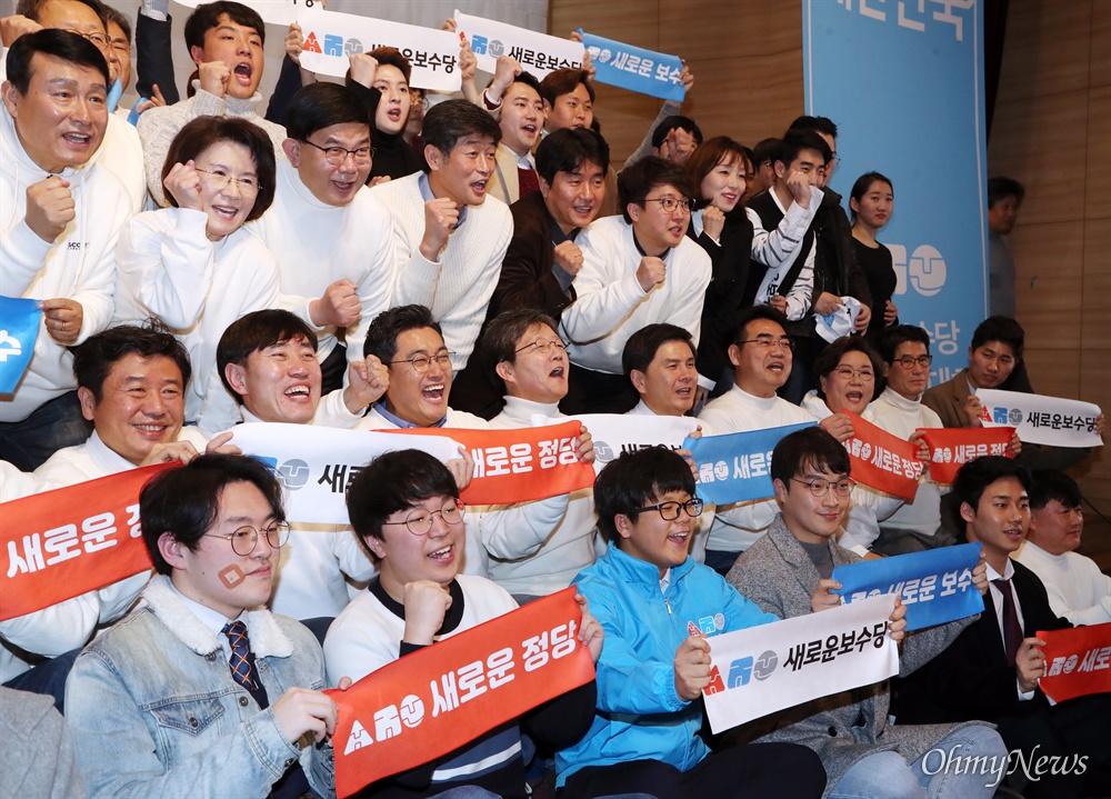 닻 올린 새로운보수당...파이팅 외치는 유승민 5일 오후 서울 여의도 국회 의원회관에서 열린 새로운보수당 중앙당 창당대회에서 새롭게 선출된 지도부와 함께 유승민 의원 등이 참석자들과 함께 구호를 외치고 있다.