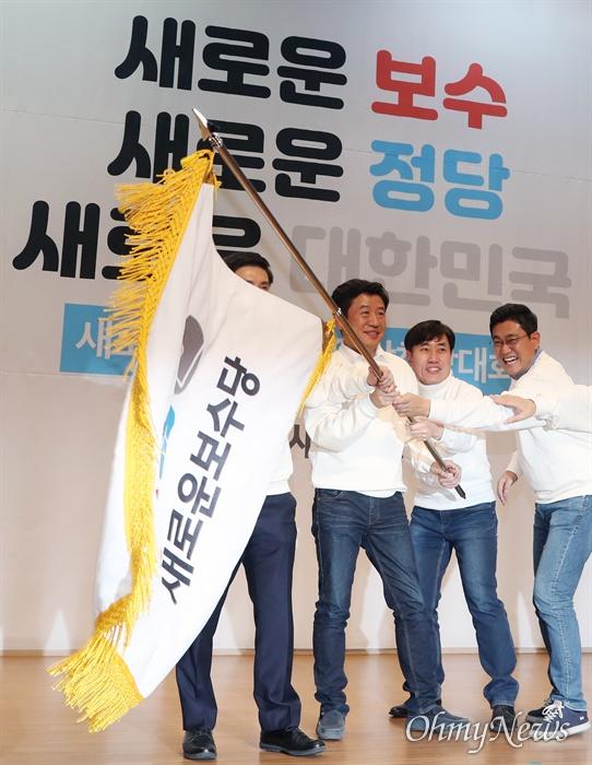 닻 올린 새로운보수당 5일 오후 서울 여의도 국회 의원회관에서 열린 새로운보수당 중앙당 창당대회에서 새롭게 선출된 지도부가 당기를 흔들고 있다 왼쪽부터 유의동 공동대표, 하태경 책임대표, 오신환 공동대표.