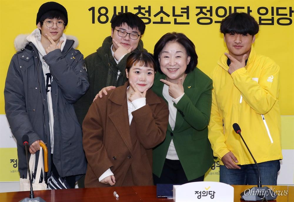 정의당 입당 18세 청소년들과 '브이' 세리머니 한 심상정  정의당 심상정 대표가 7일 오전 서울 여의도 국회를 찾아 정의당에 입당한 18세 청소년들과 함께 정의당의 상징 'V'자를 손으로 그려보이고 있다.