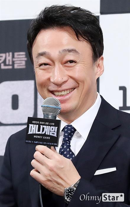 '머니게임' 이성민, 어쩌다보니 1월에만 세 작품! 배우 이성민이 8일 오후 서울 논현동의 한 호텔에서 열린 tvN 새 수목드라마 <머니게임> 제작발표회에서 1월에만 연달아 개봉되는 영화들과 드라마에 대한 질문에 답하며 미소짓고 있다. <머니게임>은 대한민국의 운명이 걸린 최대의 금융스캔들 속에서 국가적 비극을 막으려는 이들의 사투와 첨예한 신념 대립을 그린 드라마다. 15일 수요일 오후 9시 30분 첫 방송.