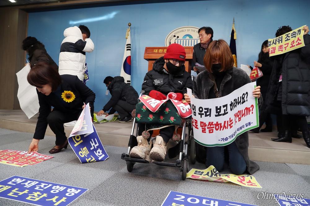 """가습기살균제 피해자 가족들과 함께한 전현희 의원 가습기살균제 피해자 가족 이준미씨(48세)가 아들 오우경(16세·중3)군과 함께 13일 오전 서울 여의도 국회 정론관에서 열린 '가습기살균제 피해구제법 통과 촉구 기자회견'에 참석해 무릎을 꿇고 눈물로 호소했다. 이날 새벽 부산에서 서울로 향하는 KTX를 타고 국회를 찾은 우경군의 어머니 이씨는 """"시간이 없다. 20대 국회에서 가습기살균제 특별법 개정안을 원안대로 법사위에서 통과시켜 본회의에 상정되도록 눈물로 간곡히 호소한다""""라며 목놓아 울었다. 우경군은 출생 당시 부산대 병원 중환자실에서 애경과 옥시 제품의 가습기살균제 피해를 입고 폐손상에 이어 뇌손상도 입은 상태로 지금도 한 달 에 수 번 부산과 서울을 오가며 치료를 받고 있다. 그는 찬 바닥에 무릎을 꿇은 어머니 이씨에게서 눈을 떼지 못했다. 이날 회견을 주최한 전현희 더불어민주당 의원(왼쪽)도 바닥에 펼친 현수막을 걷었다."""