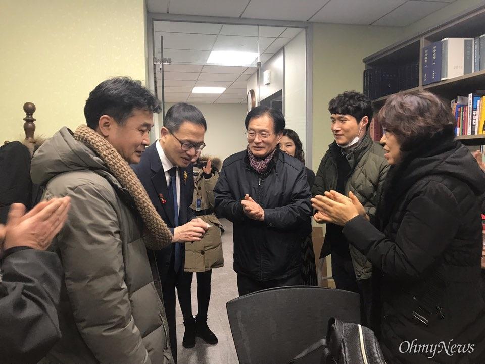 가습기 살균제 참사 피해자들이 13일 오후 서울 여의도 국회 의원회관의 박주민 의원실을 찾아 박주민 의원에게 감사의 인사를 전하고 있다. 박주민 의원은 9일 열린 법사위에서 가습기살균제법 통과에 찬성 의견을 던졌다.