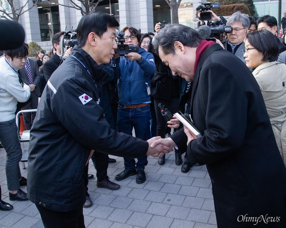 이낙연 국무총리가 14일 오후 서울 종로구 정부서울청사에서 이임식을  마치고 청사를 떠나며 청사 직원들에게 책을 선물 받고 인사를 하고 있다.