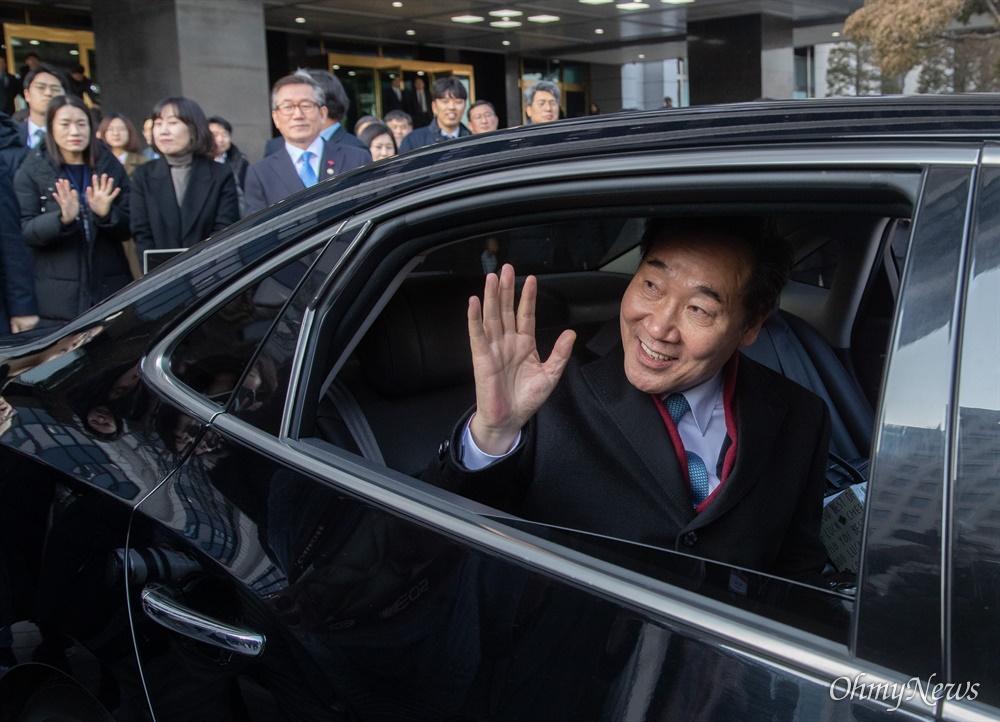 이낙연 국무총리가 14일 오후 서울 종로구 정부서울청사에서 이임식을 마치고 청사를 떠나며 직원들에게 인사를 하고 있다.