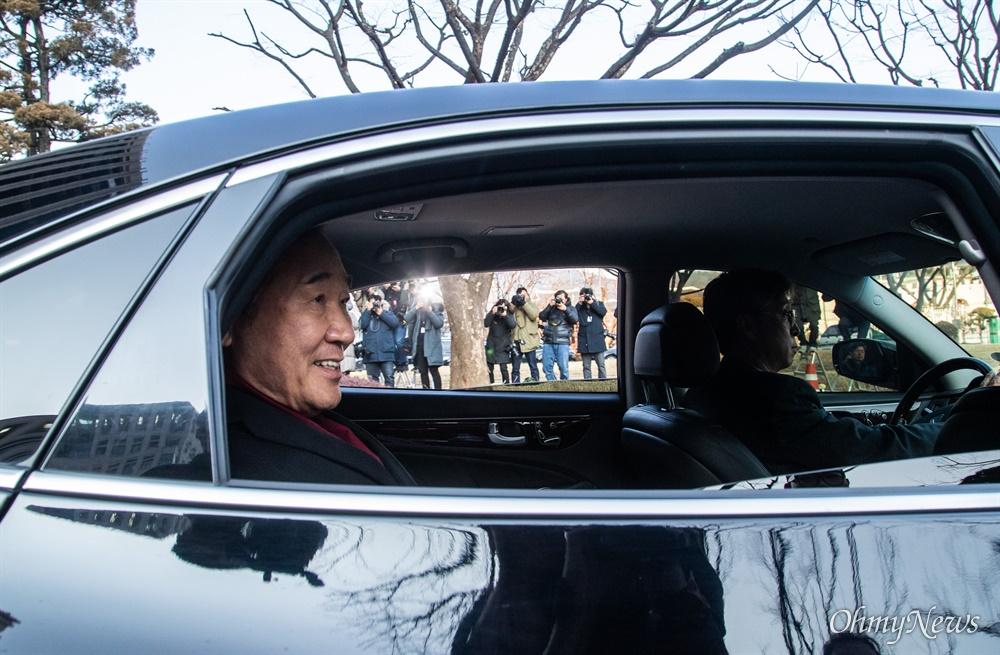 이낙연 국무총리가 14일 오후 서울 종로구 정부서울청사에서 이임식을 마치고 청사를 떠나고 있다.