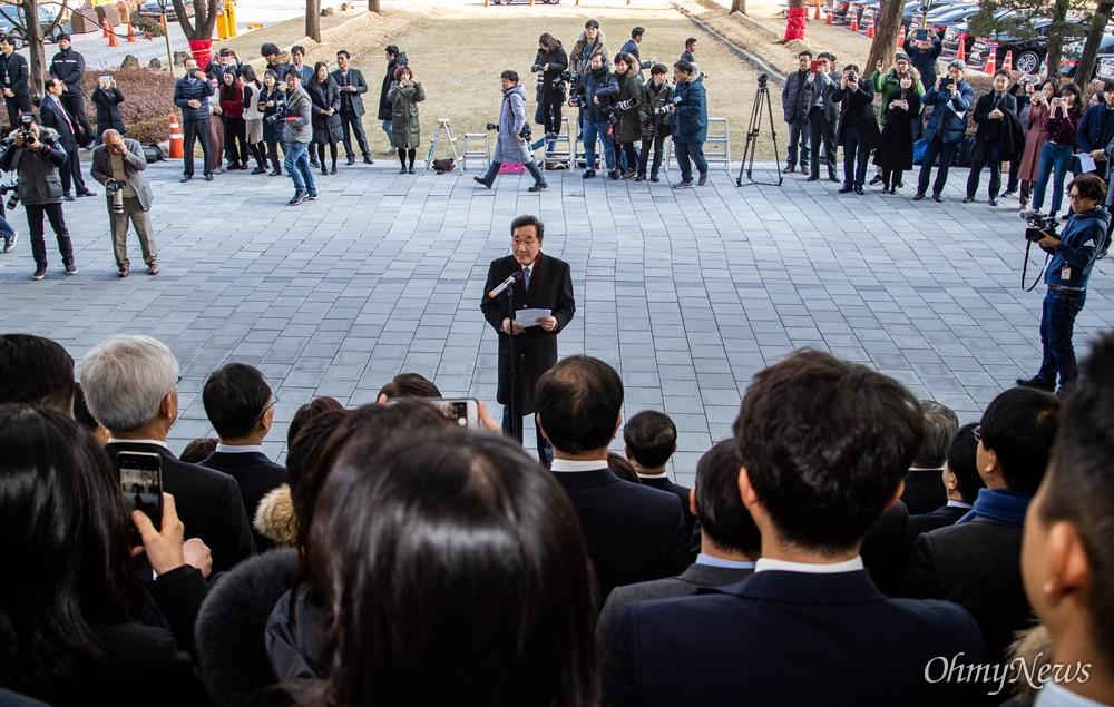 이낙연 국무총리가 14일 오후 서울 종로구 정부서울청사에서 열리는 이임식에서  직원들에게 인사말을 전하고 있다.