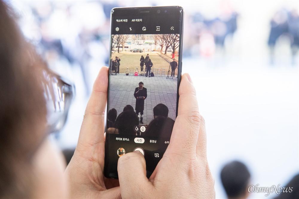 이낙연 국무총리가 14일 오후 서울 종로구 정부서울청사에서 이임 인사말을 전하는 동안  한 직원이 사진을 찍고 있다.