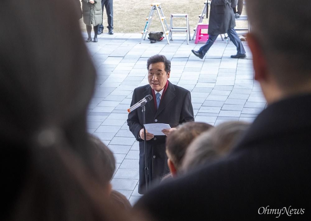 이낙연 국무총리가 14일 오후 서울 종로구 정부서울청사에서 이임식을 마치며 직원들에게 인사말을 전하고 있다.