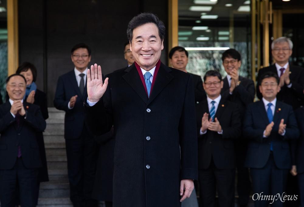 이낙연 국무총리가 14일 오후 서울 종로구 정부서울청사에서 이임식을 마치고 기념촬영을 하고 있다.