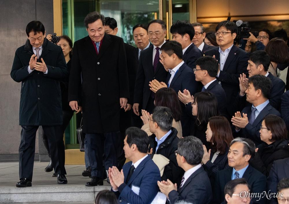 이낙연 국무총리가 14일 오후 서울 종로구 정부서울청사에서 이임식에 참석하며 직원들의 박수를 받고 있다.