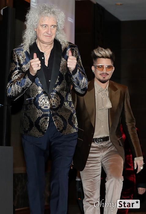 '퀸' 한국팬 떼창 기대 그룹 퀸(QUEEN)이 16일 오후 서울 여의도의 한 호텔에서 열린 슈퍼콘서트 25 QUEEN 기자간담회에서 입장하고 있다. 18일과 19일 열리는 첫 단독 내한공연 '더 랩소디 투어(Queen+Adam Lambert The Rhapsody Tour)'에는 기타리스트 브라이언 메이, 드러머 로저 테일러, 고 프레디 머큐리의 빈자리를 채우고 있는 아담 램버트가 무대에 오른다.