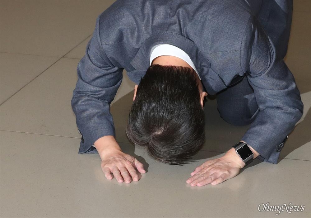 돌아온 안철수, 넙죽 '큰절'  바른미래당 안철수 전 의원이 19일 오후 인천국제공항에 도착, 마중나온 지지자들을 향해 큰절 하고 있다.